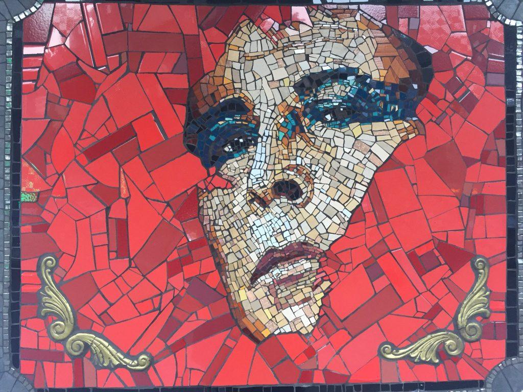 Destruyen mosaicos de homenaje a «Pedro Lemebel» y el perro «Negro Matapacos»
