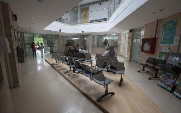 En el centro de salud de Alfonso López trabajan aproximadamente 26 personas y hay seis consultorios. Aunque Metrosalud dice que funcionan en un 100 % el lugar se ve vacío en semana. Han tenido que poner rejas para evitar robos. FOTO Manuel Saldarriaga