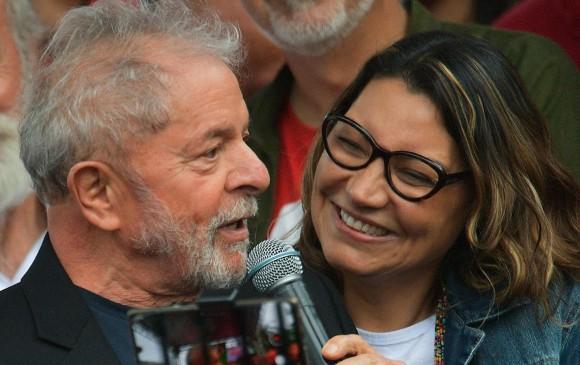 Expresidente de Brasil Lula da Silva en compañía de su novia Rosángela. FOTO: AFP