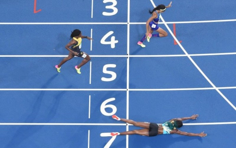 Esta es la imagen que recorre el mundo y que quedará entre las cosas curiosas de unos Olímpicos, ya que la manera en la que fue ganado el oro de los 400 metros es inusual. FOTO AFP