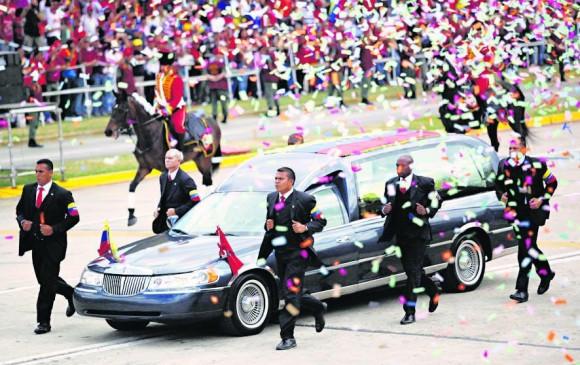 Así se vio la carroza fúnebre que llevó el cuerpo de Hugo Chávez. FOTO AP