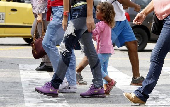 Las campañas de la fundación En los Zapatos del Peatón también buscan educar a los transeúntes para que respeten las señales de tránsito y usen los pasos de cebra. FOTO Donaldo Zuluaga.