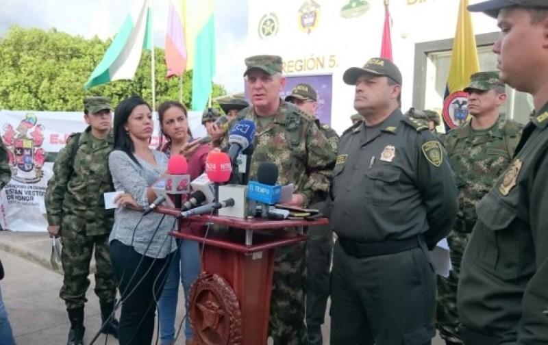 El comandante del Ejército, general Alberto José Mejía, anunció este martes una recompensa de 100 millones de pesos para dar con el paradero de la periodista. FOTO EJÉRCITO