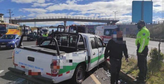 Debido al accidente, el tránsito fue suspendido en ese punto de la avenida Simón Bolívar. Foto: Cuerpo de Bomberos  del cantón Mejía