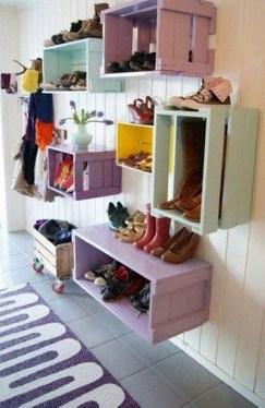 estanterias de pared con cajas de frutas