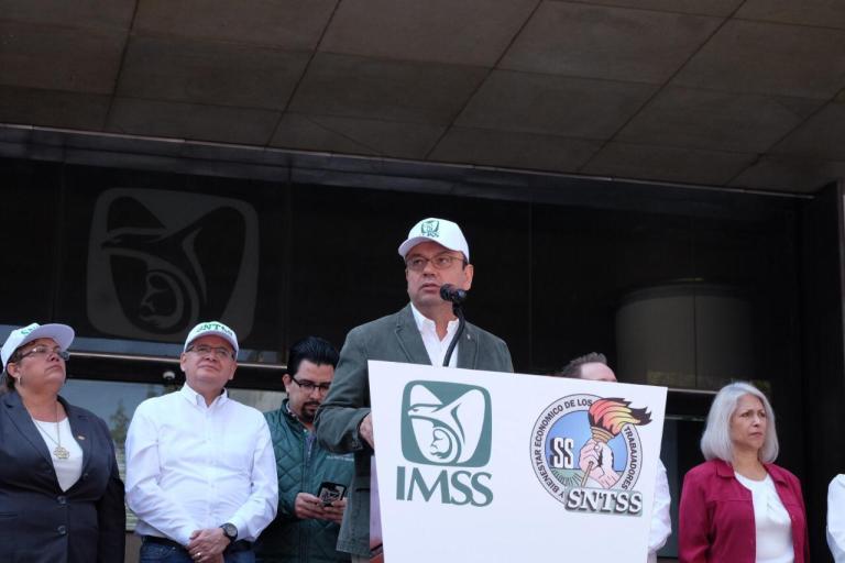 El director general del IMSS, Germán Martínez Cázares, da discurso.