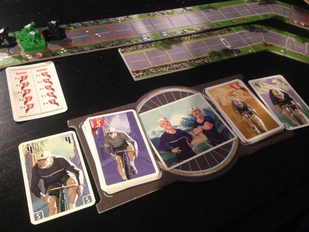 Foto del juego Flamme Rouge en la que vemos cuatro miniaturas juntas afrontando una subida y el tablero personal en primer plano.