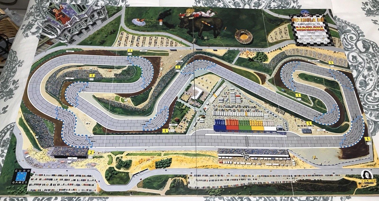 Cada circuito representa los estereotipos de cada país, en nuestro caso, el circuito del GP de Barcelona, que representa lo más icónico de nuestro país, la Sagrada Familia, una flamenca y un toro corneando a un piloto