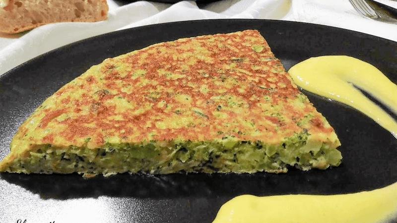 TORTILLA DE BRÓCOLI Y CALABACÍN CON MAYONESA DE MANGO