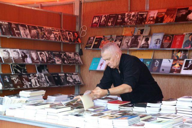 Ο εκδότης και ποιητής Γιώργος Χρονάς στον πάγκο της Οδού Πανός