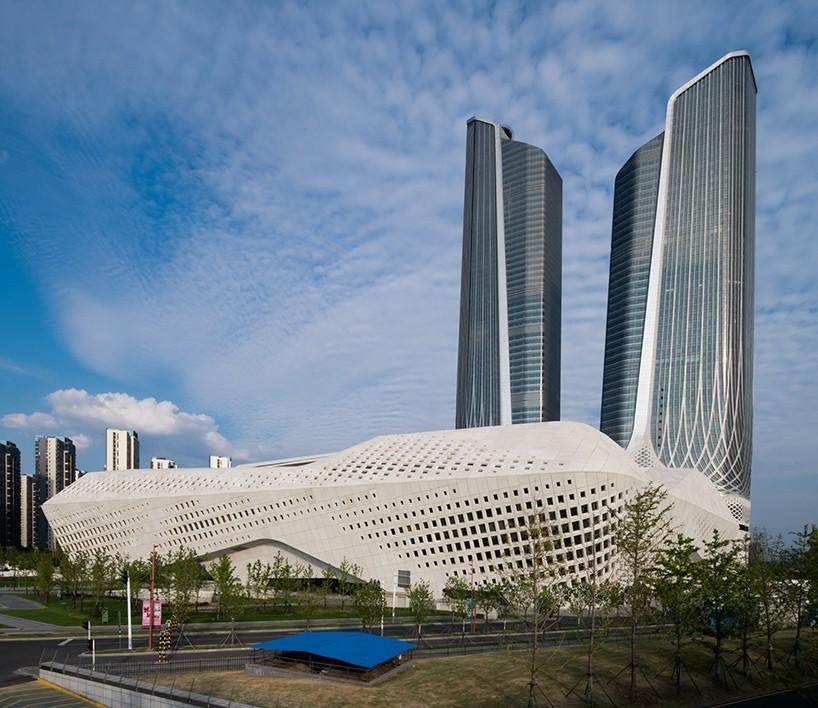 Στην ανατολική επαρχία Jiangsu της Κίνας, η Zaha Hadid σχεδίασε το διεθνές κέντρο πολιτισμού νεολαίας Nanjing με δυο μεγάλους ουρανοξύστες και ένα κτίριο με ίνες από μπετόν σε σχήμα ρόμβου. Στο χώρο υπάρχει ακόμα ένα ξενοδοχείο, ένα συνεδριακό κέντρο, και υπόγειο πάρκινγκ