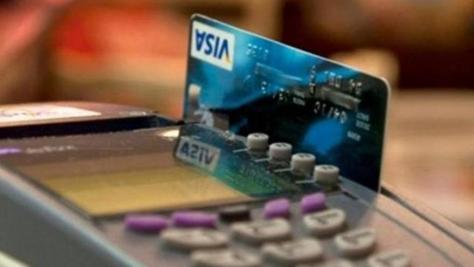 Tarjeta de crédito en un datáfono. (EFE)