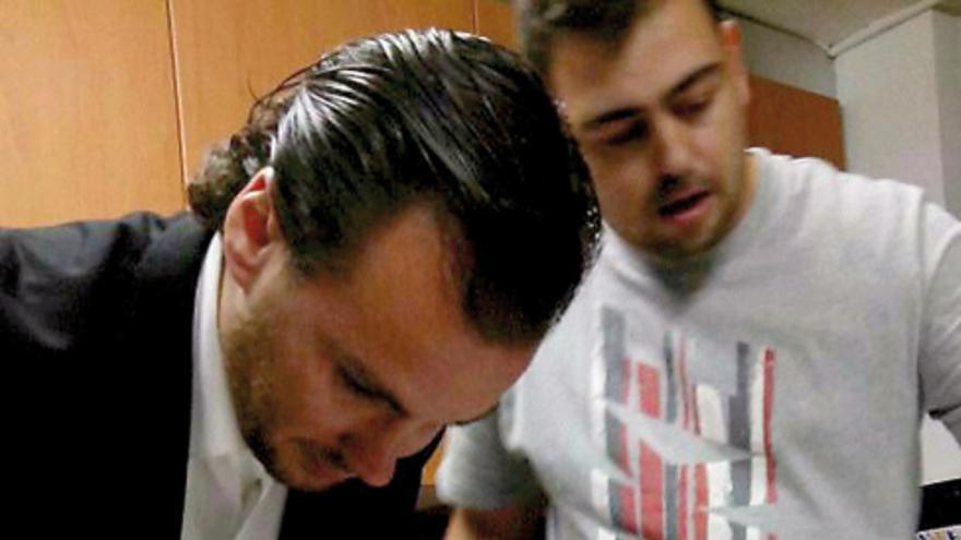 Imagen publicada por Castellón Confidencial donde el concejal del PP parece manipular cocaína.