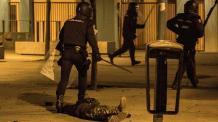 La policía deja en el suelo a Arona Diakhate tras tumbarle de un porrazo (Olmo Calvo)