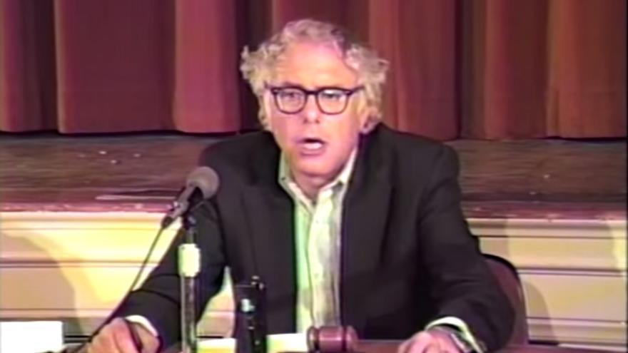 Bernie Sanders durante la rueda de prensa celebrada en 1988 tras su viaje a la Unión Soviética.