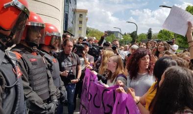 Cientos de personas rodean el Palacio de Justicia de Pamplona