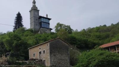 Fachada de la mansión de Lorenzo Vidal de la Peña en Miera.