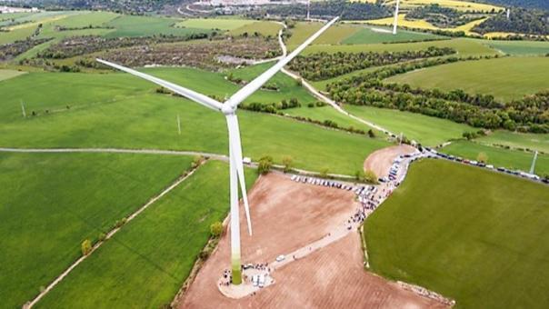 Imagen del aerogenerador construido con la iniciativa popular Viure del Aire.
