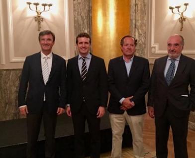 Leopoldo Santorromán junto a Pablo Casado (en el centro de la imagen), en 2016.