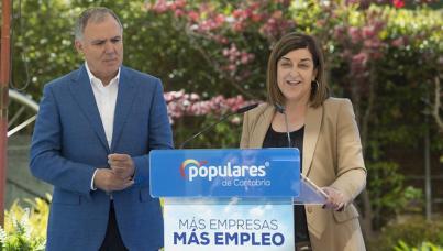 Lorenzo Vidal de la Peña y la presidenta del PP cántabro, María José Sáenz de Buruaga.