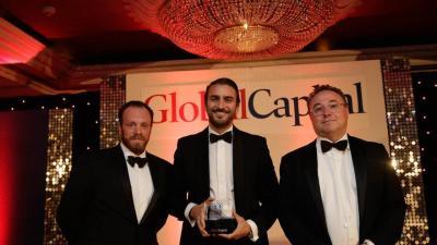 Pablo de Ramón-Laca Clausen, en el centro, tras recibir un premio de la revista Global Capital, en mayo de 2018