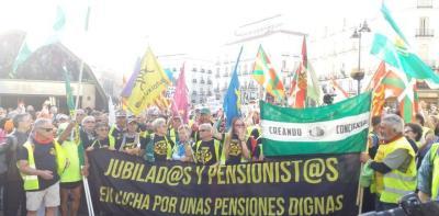Pensionistas que han caminado cientos de kilometros desde Rota (Cádiz) y Bilbao se unen en la Puerta del Sol de Madrid para defender el sistema público de pensiones.