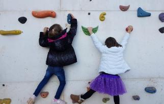 Unas niñas jugando en el rocódromo que ha instalado el CEIP Enric Soler i Godes.