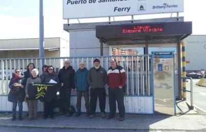 Pasaje Seguro entrega más de 18.000 firmas contra el atraque en Santander del barco saudí con armas para Yemen