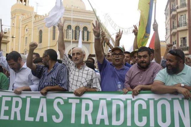 Cientos de musulmanes se manifiestan en Melilla pese a la prohibición