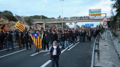 Los Comités de Defensa de la República cortan la A-2 en Alcarràs (Lleida)