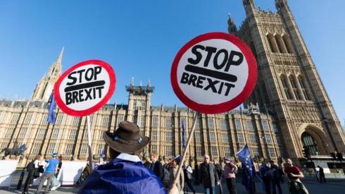"""El Parlamento británico decide si pide una prórroga del """"brexit"""""""