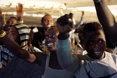 Los migrantes pasaron su primera noche en un punto de acogida en Lampedusa