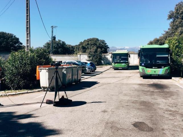 Una periodista y dos autobuses en su fin de línea delante del cementerio de Mingorrubio