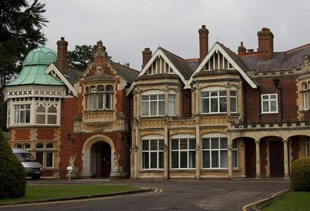 En Bletchley Park la inteligencia británica reunió a los genios de la época. Turing dirigía los trabajos del barracón 8