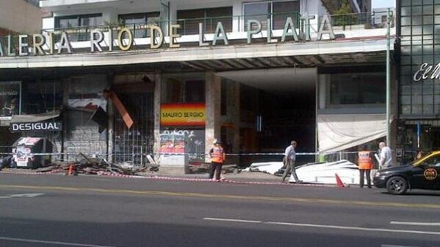 Se derrumbó una marquesina de una galería comercial en Belgrano