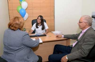 Baldomera Luciano, quien reside en Miami, narró su experiencia mientras visitaba una oficina BanReservas acompañada de un nieto y su esposo./elDinero