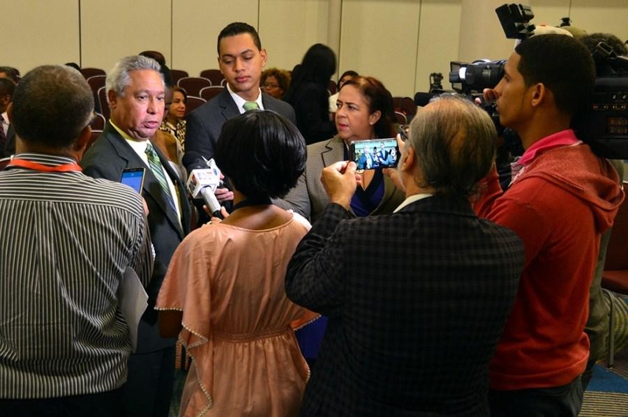 ministro conversa con la prensa