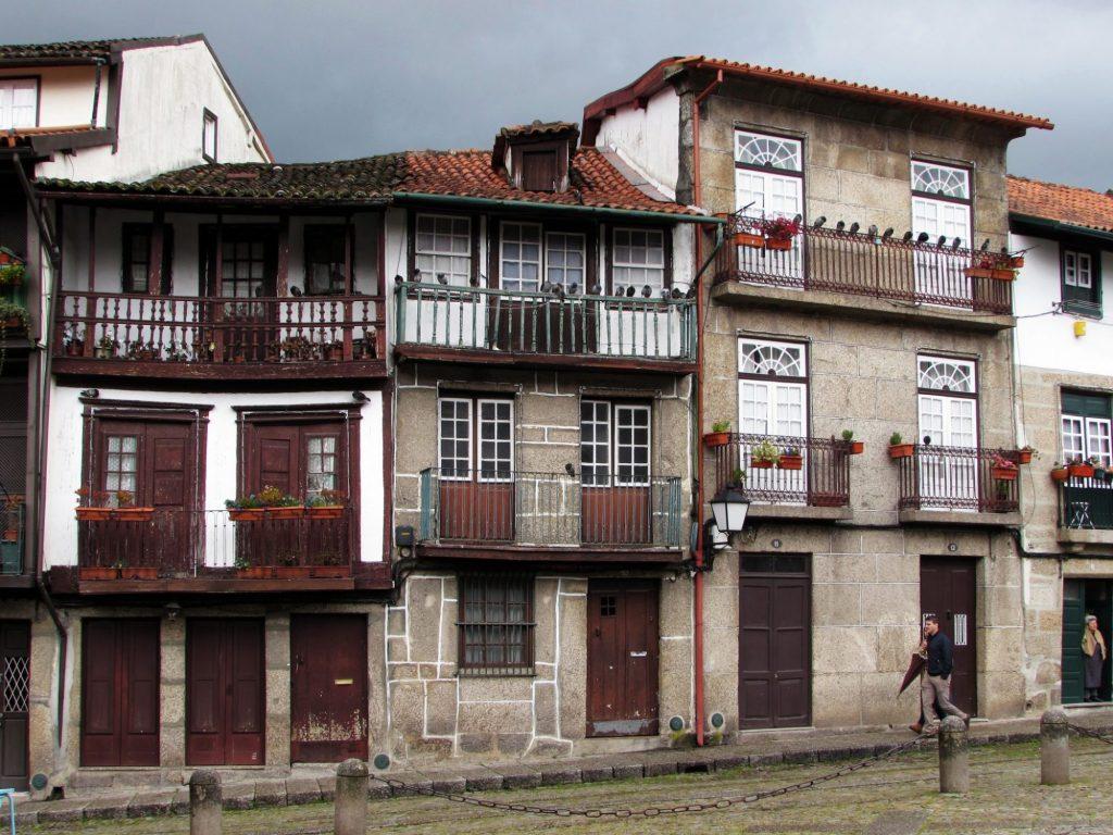 Detalle de algunas fachadas en la plaza Sao Tiago