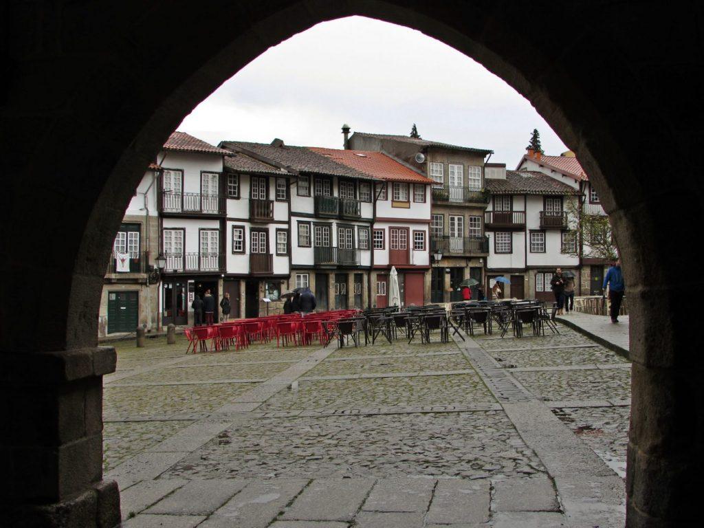 Plaza de Sao Tiago bajo los soportales del palacio municipal