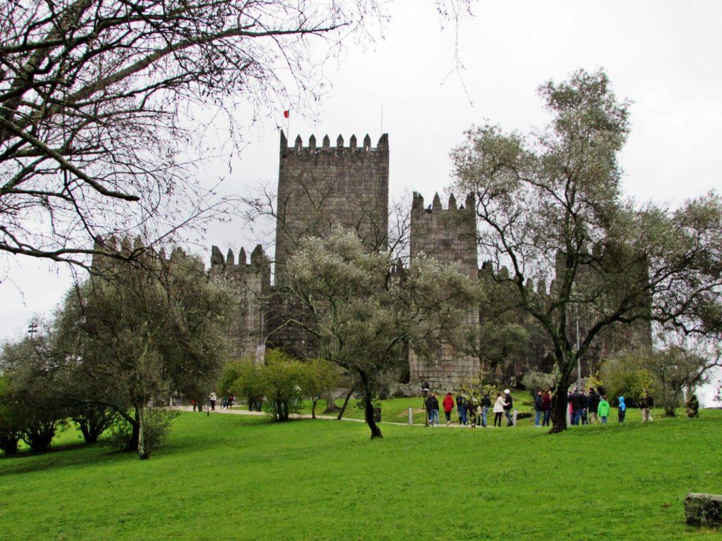 Parque junto al castillo de Guimaraes