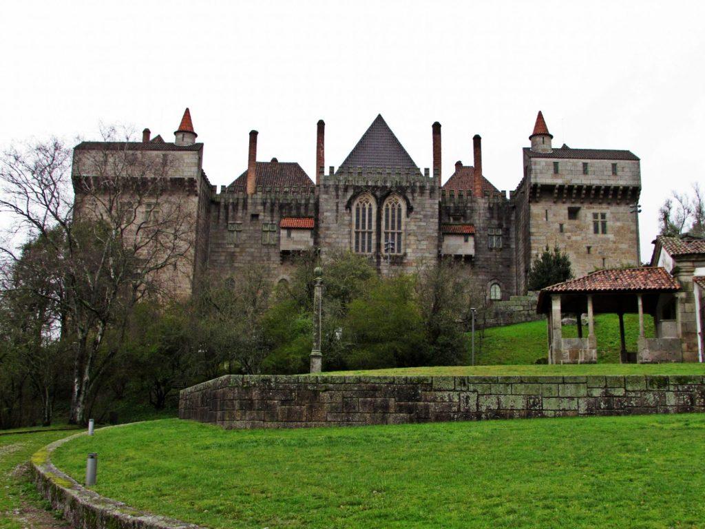 Palacio de los Duques de Braganza desde la Capilla de Santa Cruz