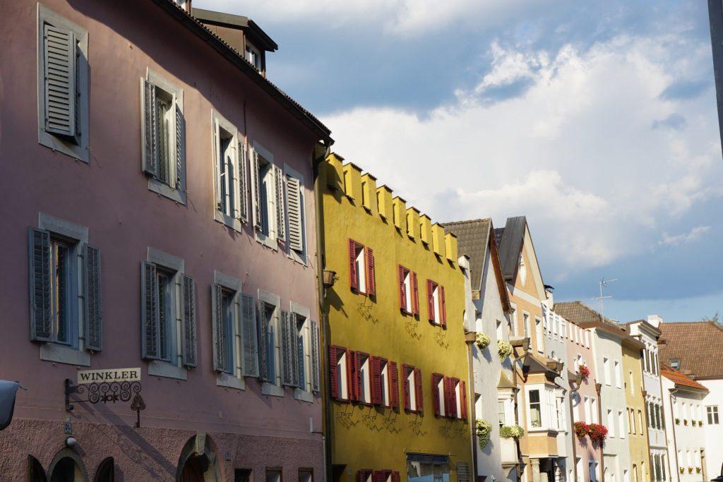 Calles de Brunico con sus coloridas fachadas.