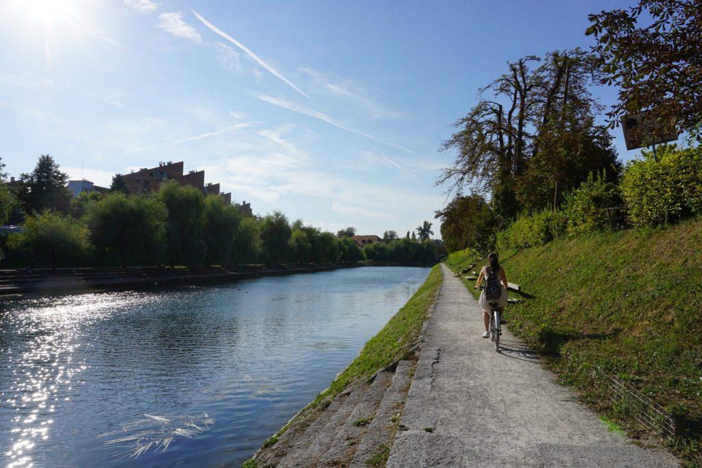 Paseo en bici junto al río Liublianica