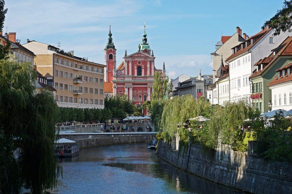 Río Liublianica a su paso por Liubliana. Iglesia de la Asunción al fondo.