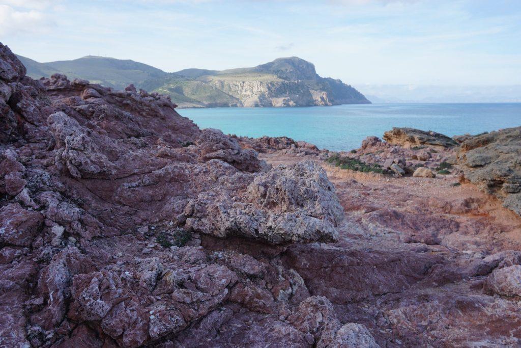 Tramo del camino entre piedra rojiza - peninsula de llevant