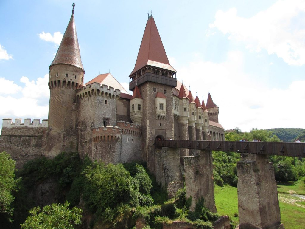 Aunque hay transporte público, la mejor manera de llegar al Castillo de Hunyad es en coche.