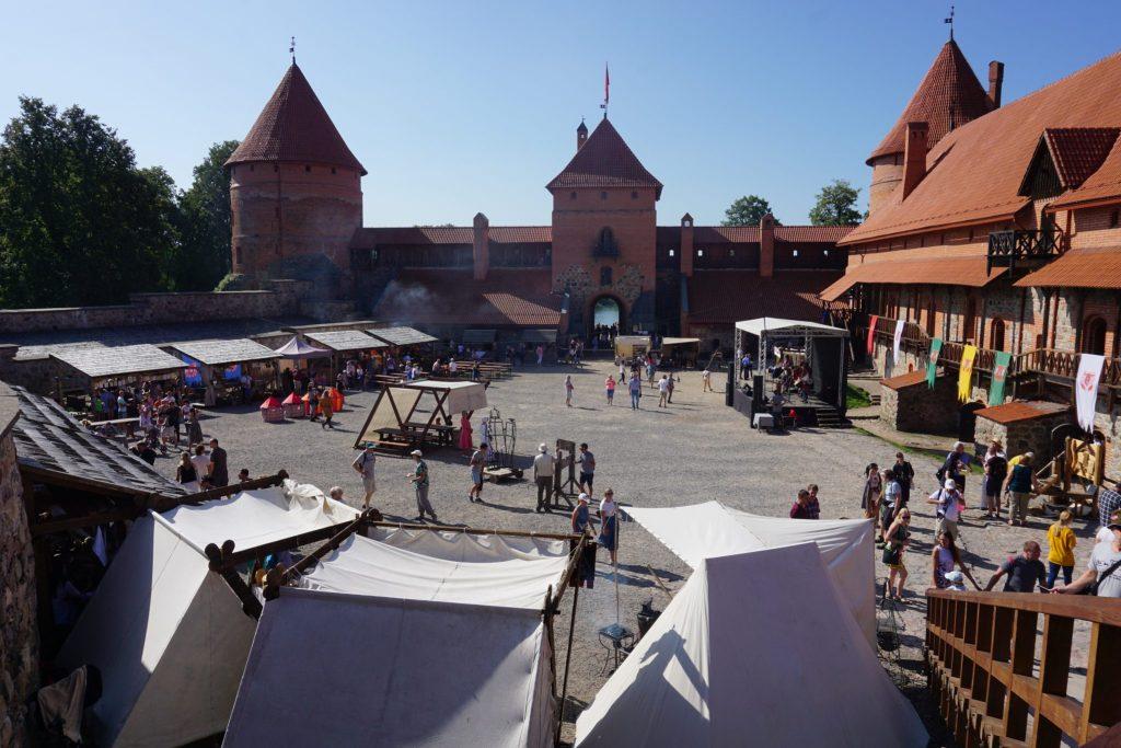 Mercado medieval en el patio del castillo de Trakai
