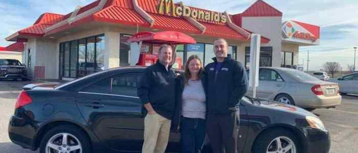 موظفة مطعم ماكدونالز تحصل علي سيارة هدية من زبون