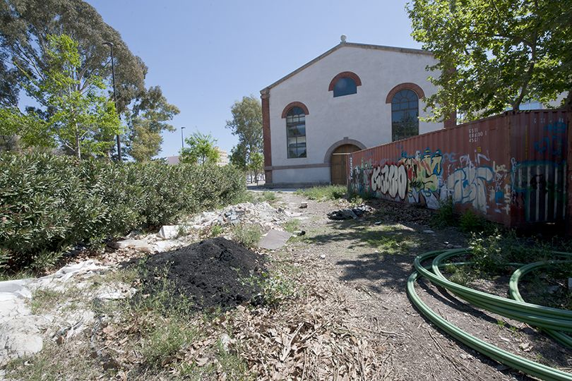 El deterioro en el entorno trasero del edificio que albergará el futuro museo industrial es bien patente