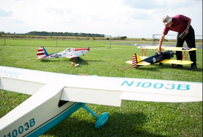 Mike Cisler adjusts one of his planes at a Ypsilanti RC meet. Pic by Daniel Brenner